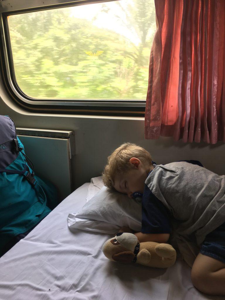 Muoversi in Thailandia senza prendere aerei, Mattia dorme in treno