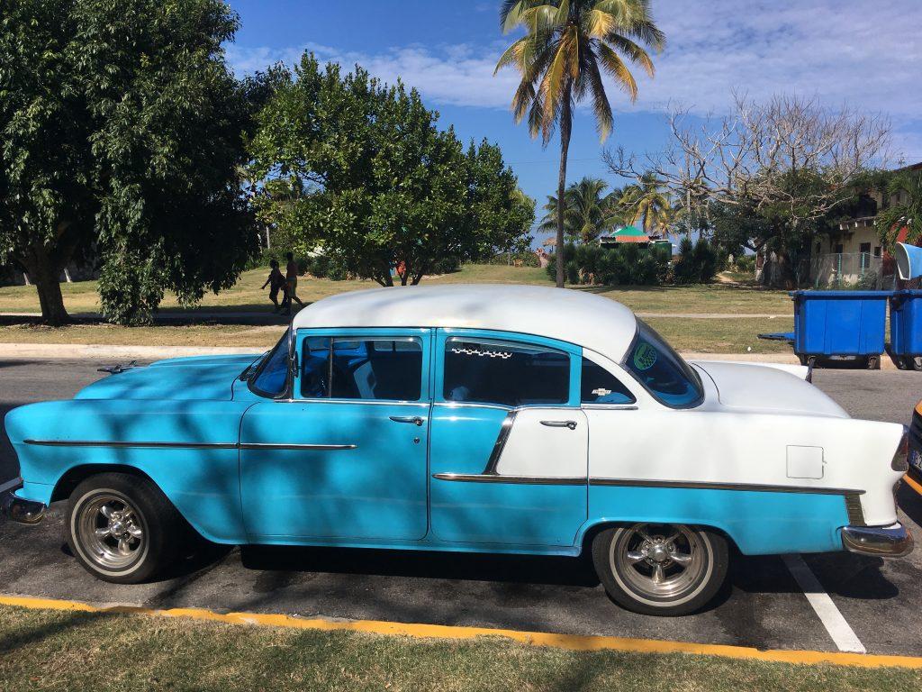 Organizzare un viaggio a aCuba: uno dei coloratissimi taxi che abbiamo preso durante il nostro viaggio a Cuba fai da te