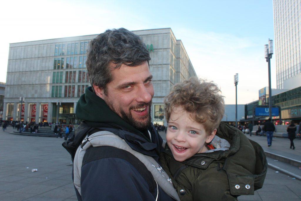 Cosa vedere a Berlino in 3 giorni con i bambini: Mattia e Alessio in Alexanderplaz