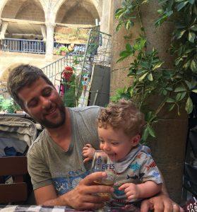 Mattia, in braccio al papà, al Caffè Sedirhan