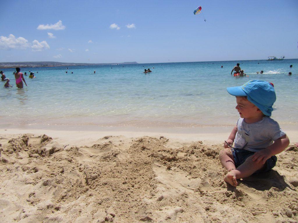 Organizzare un viaggio a Cipro - Mattia seduto in riva al mare