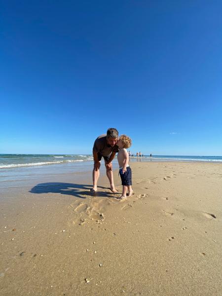 papà e bambino in spiaggia