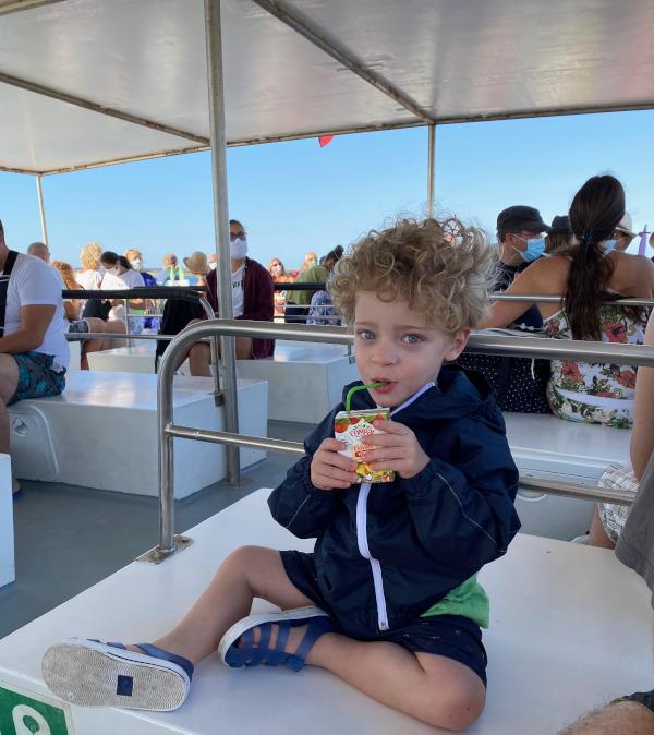 Bambino in traghetto